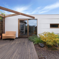 Contemporary Deck by Statkus Architecture Pty Ltd