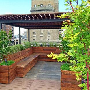 Inspiration för en funkis takterrass, med utekrukor och en pergola