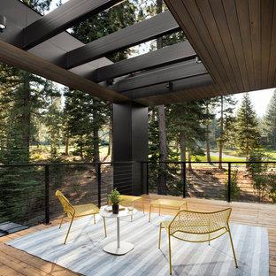 Ispirazione per grandi terrazze e balconi contemporanei dietro casa con un tetto a sbalzo