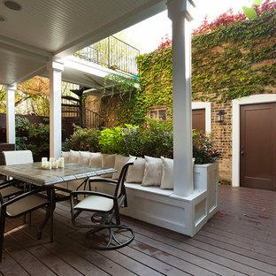Imagen de terraza tradicional renovada, de tamaño medio, en anexo de casas y patio trasero