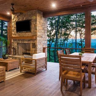 Immagine di una terrazza stile rurale con un focolare