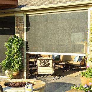 Idéer för att renovera en mellanstor vintage terrass på baksidan av huset, med en öppen spis och takförlängning