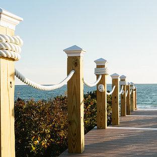 Exemple d'une terrasse arrière bord de mer avec aucune couverture.