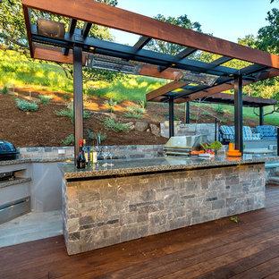 Imagen de terraza vintage, grande, en patio trasero, con cocina exterior y pérgola