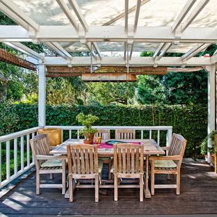 Immagine di una terrazza classica con una pergola