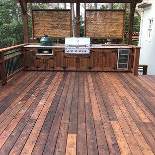Modelo de terraza actual, de tamaño medio, en patio trasero, con cocina exterior y pérgola