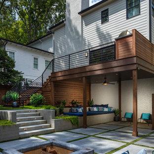 Foto de terraza actual, grande, en patio trasero, con cocina exterior y pérgola