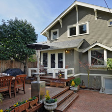 Traditional Deck by seattlehometours.com