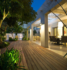 modern patio by Yaniv Schwartz - Photographer