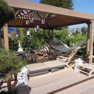 Modelo de terraza de estilo zen, de tamaño medio, en patio trasero, con pérgola