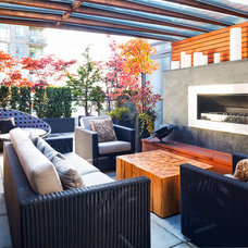 Contemporary Deck by Terris Lightfoot Contracting Ltd.