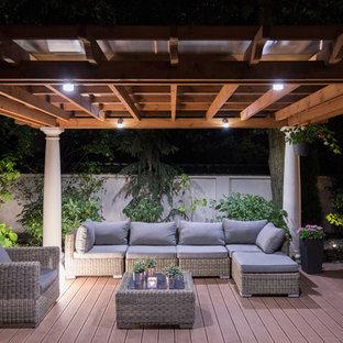 Modelo de terraza tradicional renovada, en patio trasero, con pérgola
