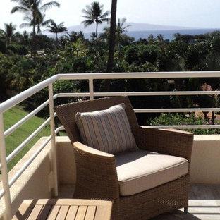 Ispirazione per una terrazza tropicale di medie dimensioni e dietro casa con fontane e nessuna copertura