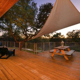 Cette image montre une grande terrasse et balcon arrière urbaine avec une extension de toiture.