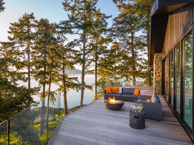Beach Style Deck by Johnson + McLeod Design Consultants
