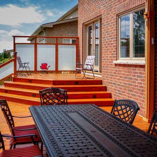 Immagine di una terrazza tradizionale di medie dimensioni e dietro casa con una pergola