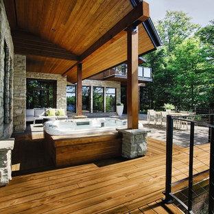 Ispirazione per una terrazza contemporanea dietro casa con un tetto a sbalzo