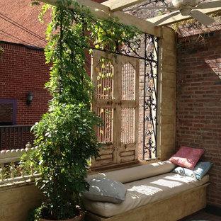 Ispirazione per una terrazza tradizionale sul tetto con una pergola