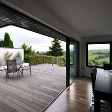 Contemporary Deck by jharchitecture