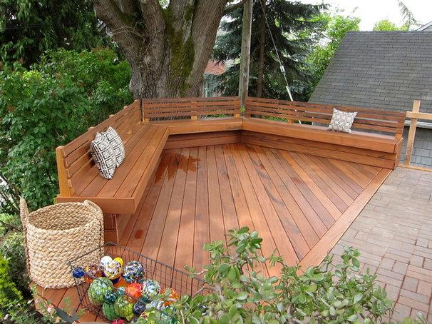 Traditional Deck by Cedarcraft construction LLC
