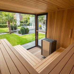 Diseño de terraza moderna, de tamaño medio, en patio trasero y anexo de casas, con ducha exterior