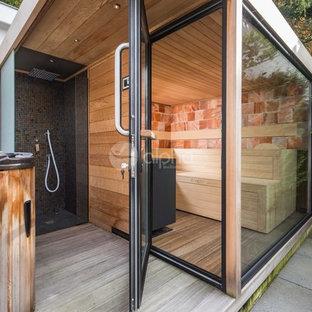 Ejemplo de terraza moderna, de tamaño medio, en patio trasero y anexo de casas, con ducha exterior