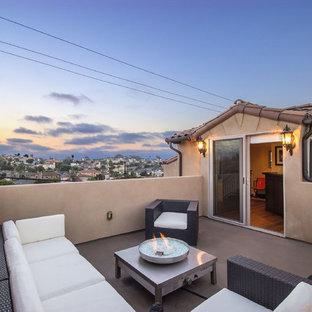 Неиссякаемый источник вдохновения для домашнего уюта: терраса среднего размера на крыше в средиземноморском стиле с местом для костра без защиты от солнца