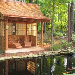 Diseño de terraza asiática, de tamaño medio, en patio trasero, con fuente