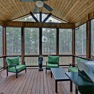 Réalisation d'une terrasse arrière craftsman de taille moyenne avec une extension de toiture.