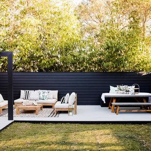 Неиссякаемый источник вдохновения для домашнего уюта: пергола на террасе среднего размера на заднем дворе в современном стиле
