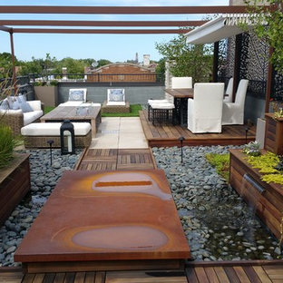 Ispirazione per una terrazza design di medie dimensioni e sul tetto con fontane e una pergola