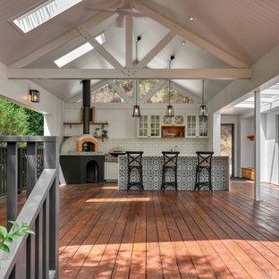 Cette image montre une terrasse avec une cuisine extérieure arrière style shabby chic de taille moyenne avec une extension de toiture.