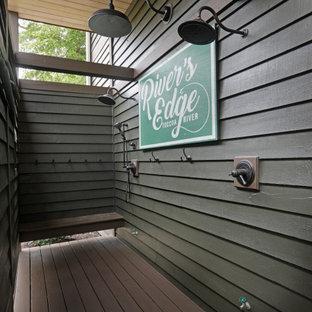 Пример оригинального дизайна: душ на террасе в стиле рустика с навесом