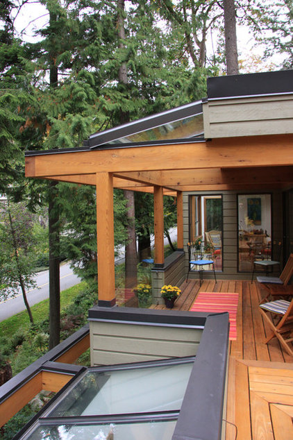 Contemporary Deck by Synthesis Design Inc.
