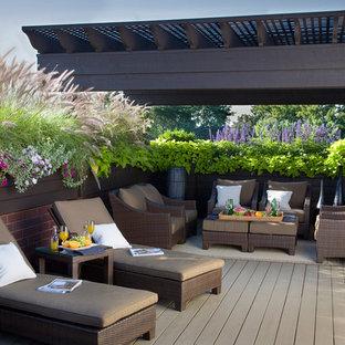 Esempio di una grande terrazza tradizionale sul tetto e sul tetto con una pergola
