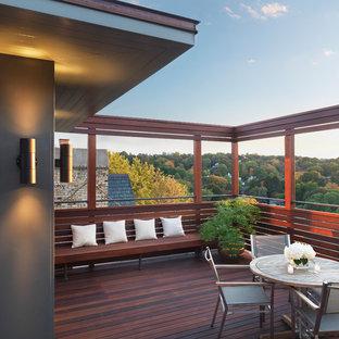 Immagine di una terrazza minimal di medie dimensioni con un tetto a sbalzo