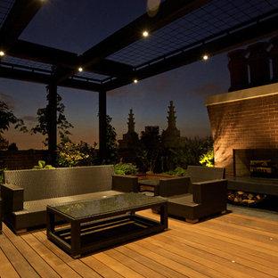 Imagen de terraza minimalista, de tamaño medio, en azotea, con brasero y pérgola