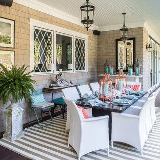 Ispirazione per una grande terrazza stile marinaro dietro casa con un tetto a sbalzo