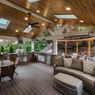 Ispirazione per grandi terrazze e balconi tradizionali dietro casa con un tetto a sbalzo