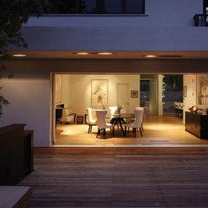 Modern Deck by GEL: Griffin Enright Landscape