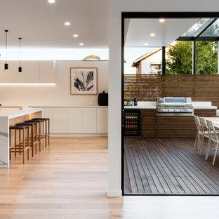Cette photo montre une terrasse tendance avec une extension de toiture.