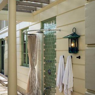 Diseño de terraza costera con ducha exterior y pérgola