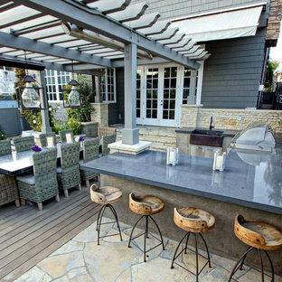 Imagen de terraza contemporánea, en patio trasero, con cocina exterior y pérgola