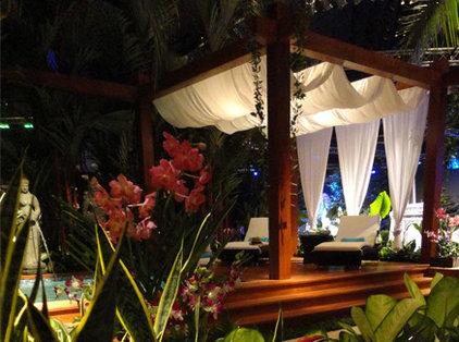 Tropical Deck by Ledden Palimeno Landscape Co.
