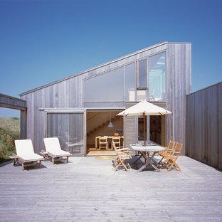 Deck - mid-sized scandinavian side yard deck idea in Aarhus with no cover