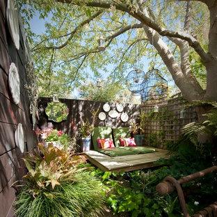 Cette image montre une petite terrasse style shabby chic avec une cour.