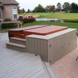 Ispirazione per una terrazza tradizionale di medie dimensioni e dietro casa con fontane e nessuna copertura