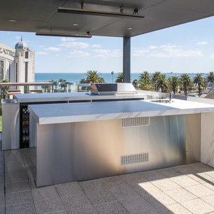 Ejemplo de terraza minimalista, extra grande, en azotea, con cocina exterior