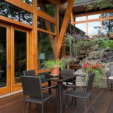 Contemporary Deck by Quiniscoe Homes Ltd.