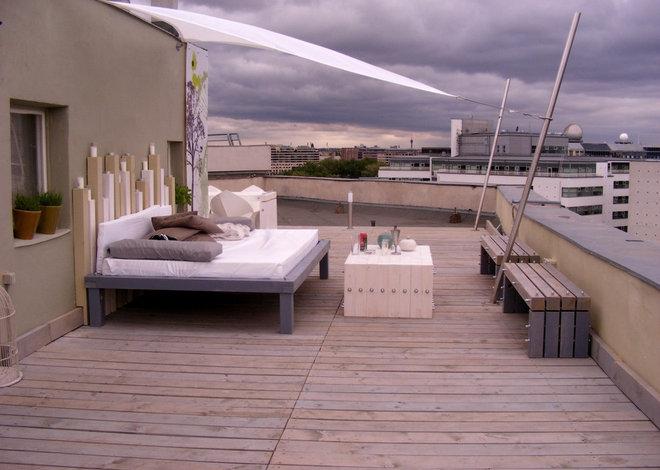 Modern Deck by flott home design